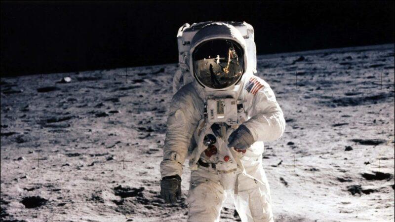 Neil Armstrong sulla luna 800x450 - Muore Neil Amstrong, il primo uomo ad andare sulla Luna