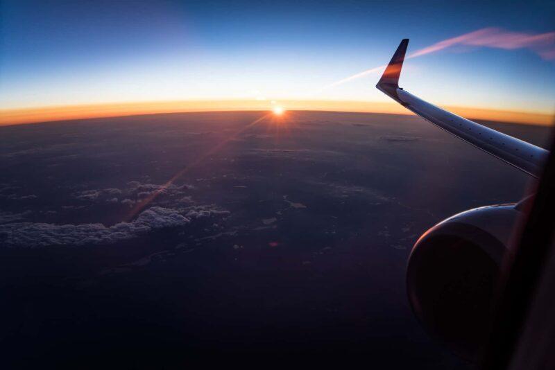 aereo sopra le nuvole 800x534 - New York-Londra in meno di un'ora grazie al superjet Waverider (Video)