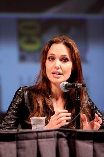Angelina Jolie visita campo profughi in Giordania