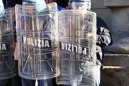 Polizia carica corteo di studenti a Torino: 30 i feriti