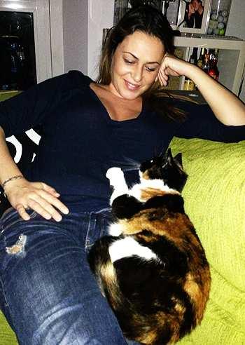 Sara Ventura, e la sua gatta attaccata al pancino, vedere per credere!