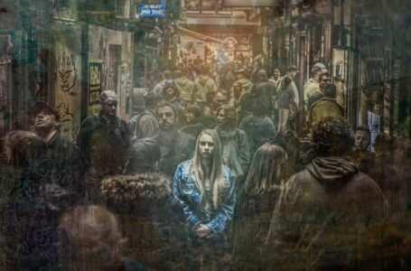 donna sola nella folla