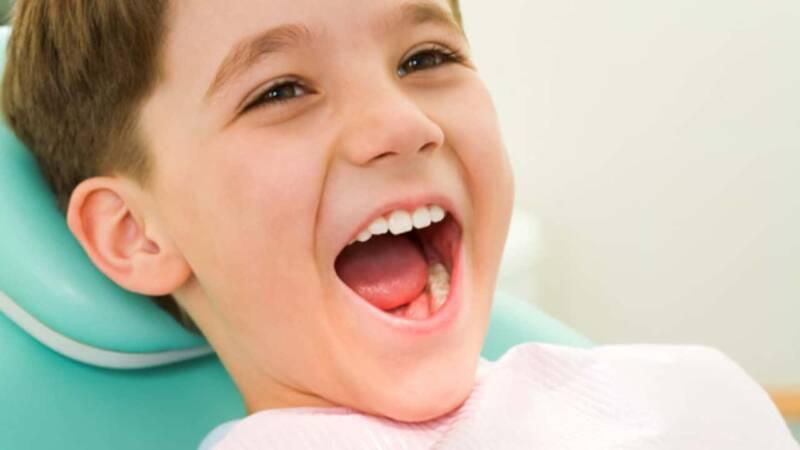 carie bambini dentista 800x450 - 10 buoni motivi per fare una visita dal dentista, ottobre il mese della prevenzione dentale