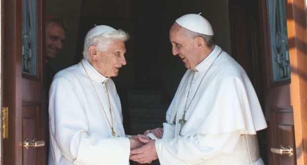 Papa Francesco accoglie Benedetto XVI al suo rientro in Vaticano