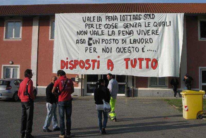 Barricati nel Comune di Castellamonte con taniche di benzina. Da mesi senza stipendio