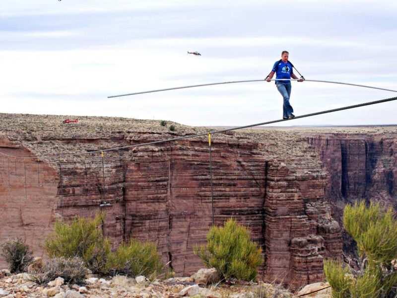 nick wallenda grand canyon 3 800x600 - Il funambolo Nik Wallenda attraversa il Grand Canyon su un cavo d'acciaio