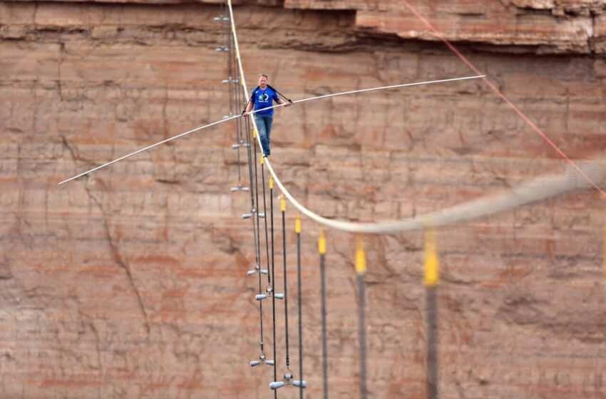 Il funambolo Nik Wallenda attraversa il Grand Canyon su un cavo d'acciaio