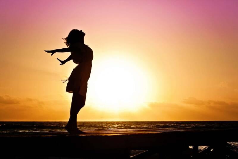 donna sola al mare 800x533 - Donne sole: come imparare a superare la solitudine