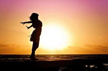 donna sola al mare