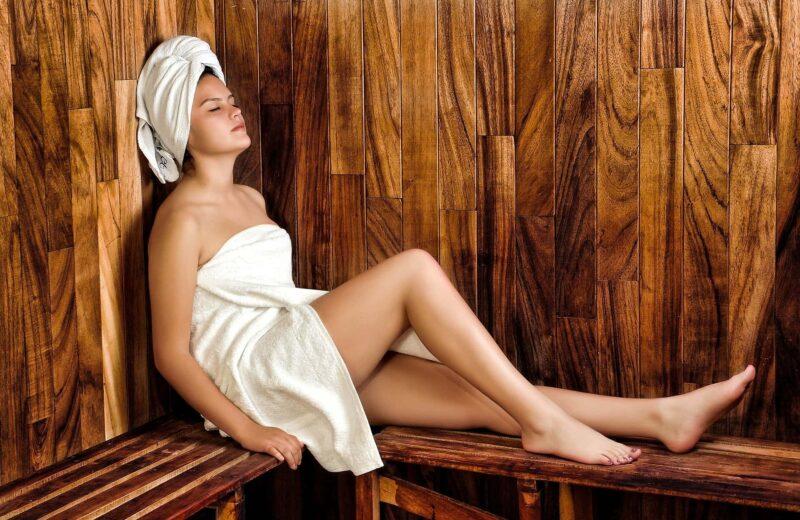 ragazza in sauna 800x520 - Le saune come soluzione per la salute della famiglia