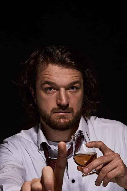 ispettori del whisky 533x800 - Lavori strani dal mondo che non avresti mai immaginato