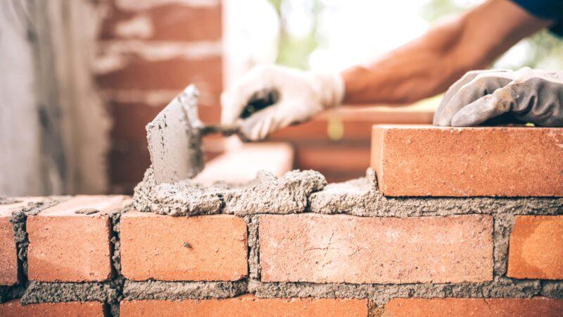 mattone muratore 800x450 - Utilizzo del mattone nelle costruzioni edili: caratteristiche e peculiarità