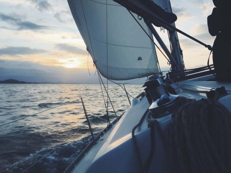 barca vela 1 1 800x600 - Il sogno di Noleggiare una barca nel Mediterraneo o nei Caraibi
