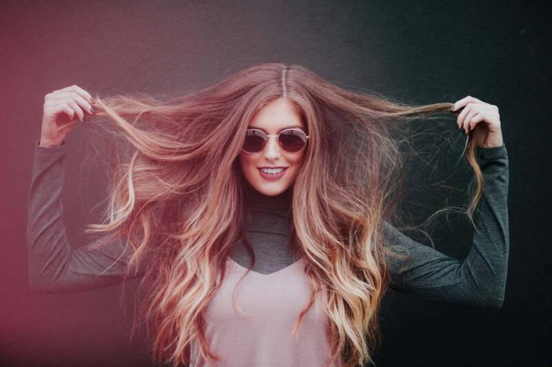 donna indigo henne 800x533 - L'indigo o hennè: tintura naturale per i capelli, scurire i capelli in modo naturale