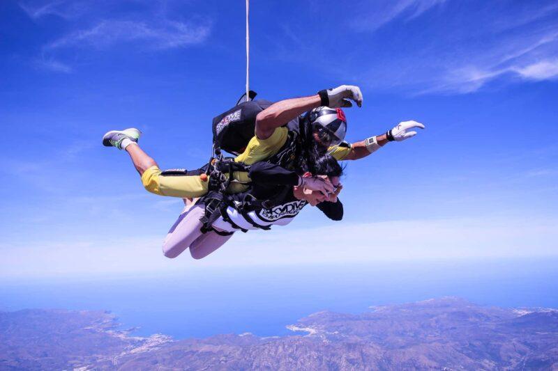lancio paracadute tandem 800x533 - Regali di San Valentino, strani e curiosi
