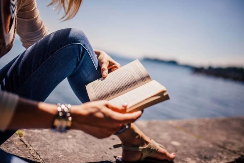 ragazza libro leggere 800x533 - Un filo d'olio, il libro di Simonetta Agnello Hornby - la recensione