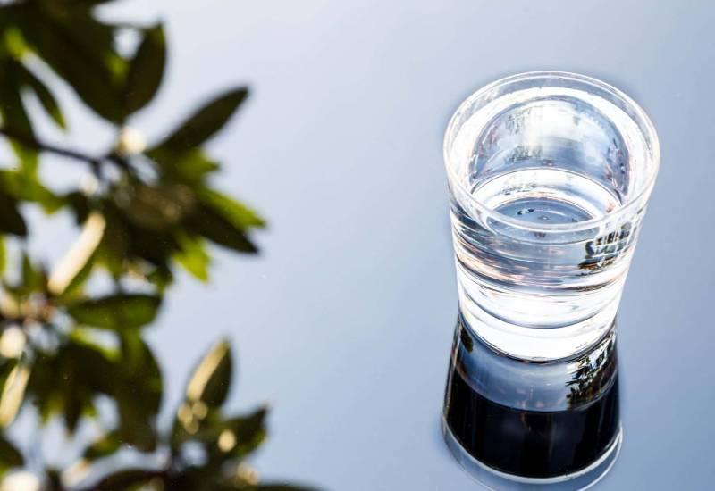 bicchiere di acqua alcalina ionizzata 800x550 - Gli effetti benefici dell'acqua alcalina