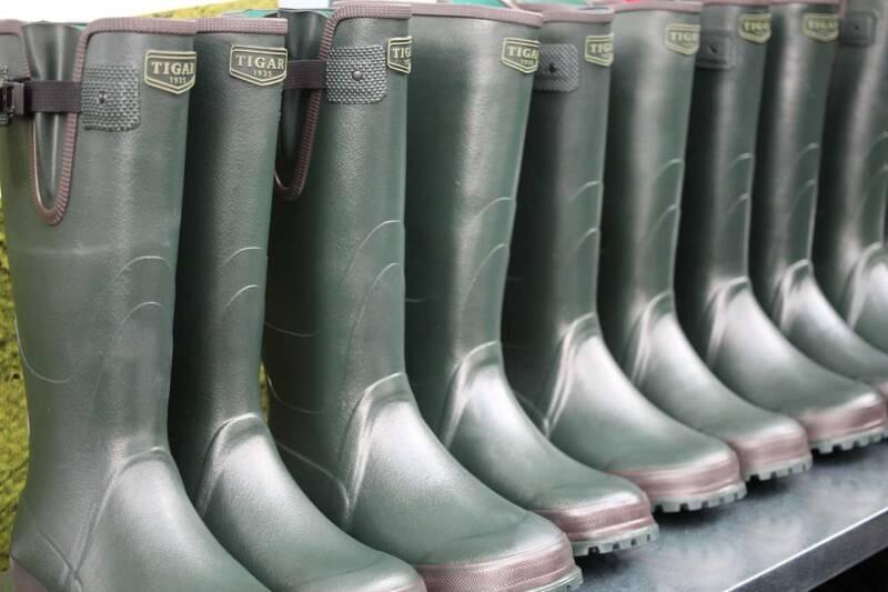 stivali di gomma 800x533 - I materiali adoperati nella creazione dell'abbigliamento