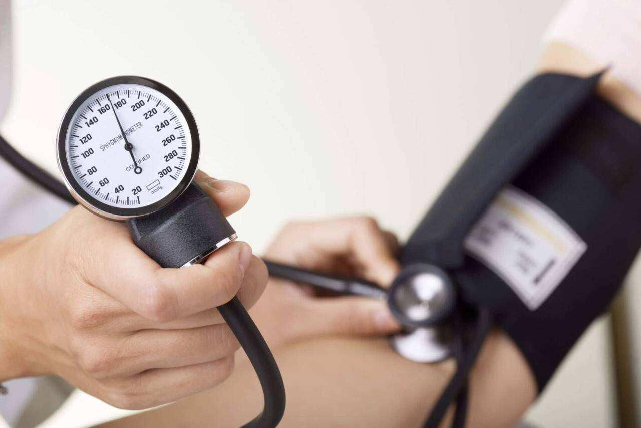 Pressione alta 1 scaled - Pressione alta: cause, sintomi e rimedi naturali