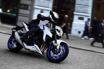 GSX S750YAL9 YWW action04 363x242 - La motocicletta si evolve, dall'abbigliamento hi-tech alle moto elettriche