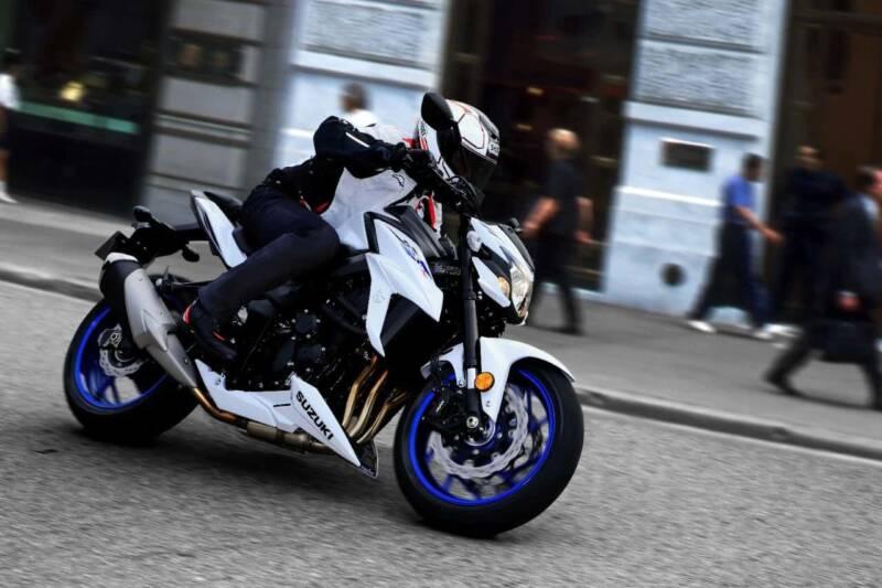 GSX S750YAL9 YWW action04 800x533 - La motocicletta si evolve, dall'abbigliamento hi-tech alle moto elettriche