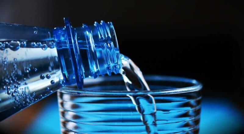 bottiglia acqua di plastica 800x442 - 7 cose inquietanti sul cibo che non sapevate