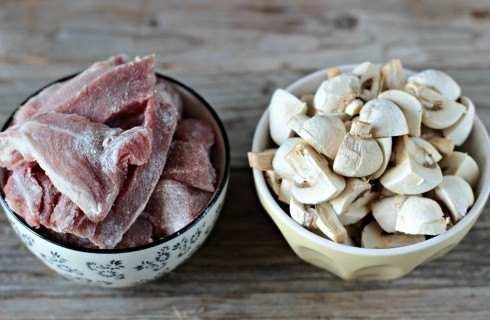 cucina thailandese 2 - Cucina Thailandese: maiale con zenzero e funghi