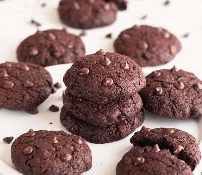 Biscotti vegani: due ricette di biscotti al cacao senza burro e uova