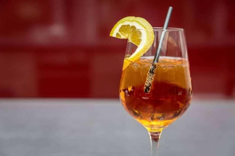 cocktail happy hour aperitivo scaled 800x533 - Come organizzare un aperitivo perfetto a casa tua: Happy Hour