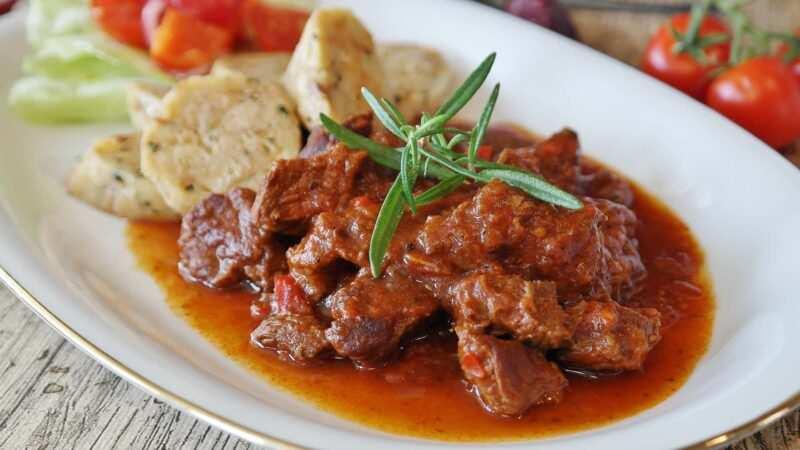 gulasch ungherese ricetta originale 800x450 - Gulasch lo spezzatino di manzo ungherese la ricetta Ricette
