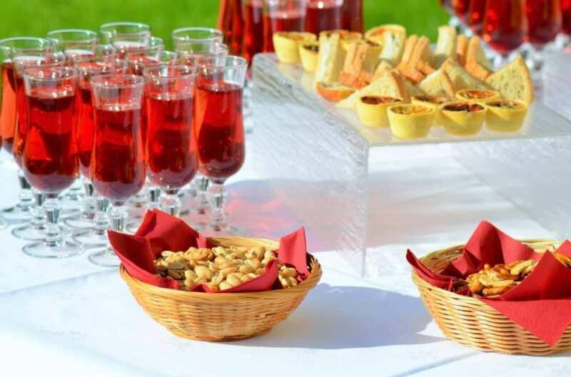 happy hour aperitivo scaled 800x529 - Come organizzare un aperitivo perfetto a casa tua: Happy Hour