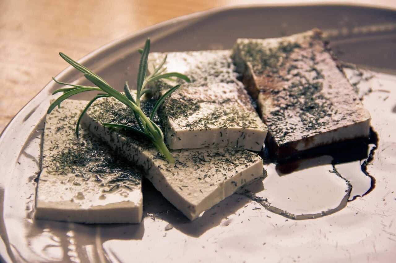 piatto di tofu scaled - I valori nutrizionali del tofu e le idee per cucinarlo