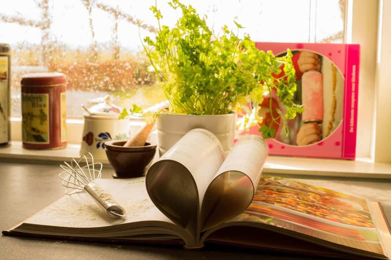 libro ricette cucina scaled - Come scrivere un blog di ricette di cucina (guida utile)