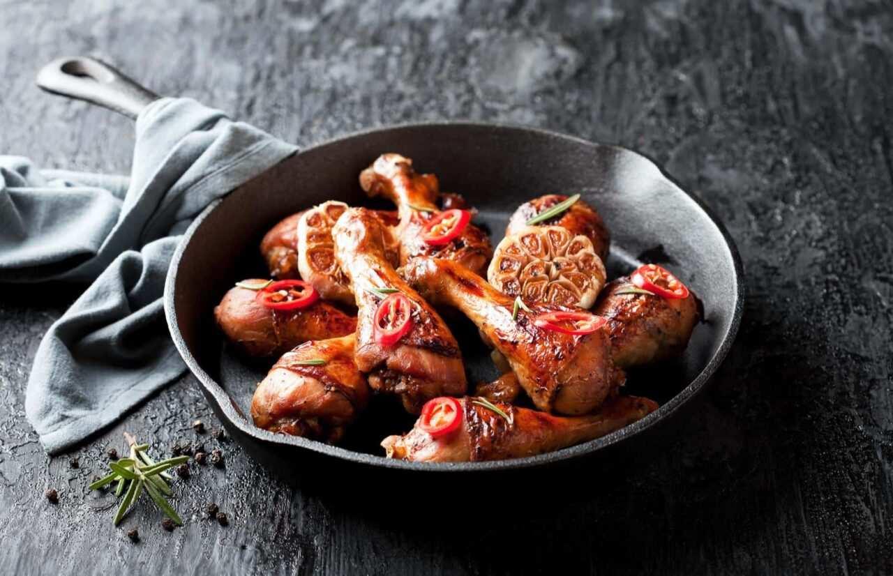 cosce pollo in padella scaled - Cosce di pollo in padella con salsa di verdure