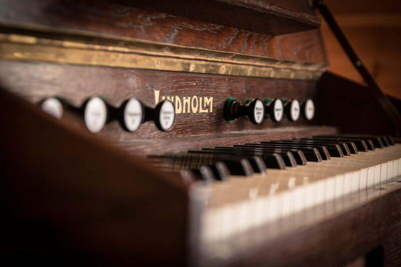 pianoforte antiquariato 800x533 - Lista di nozze per arredare casa con l'antiquariato