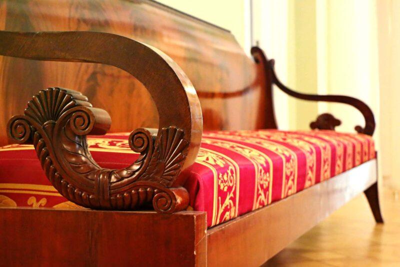 sofa antiquariato 800x533 - Acquisto e valutazione di mobili antichi per la casa