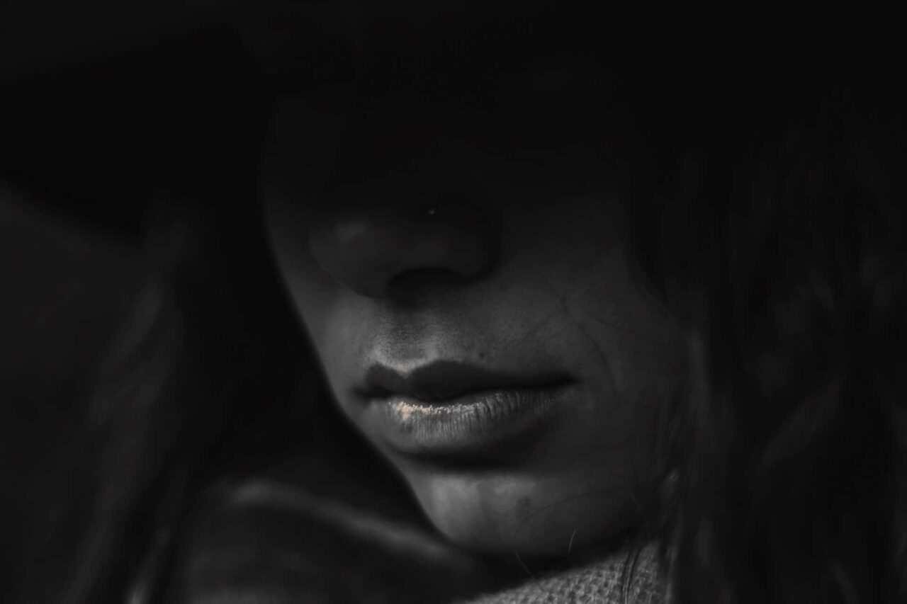 attacchi di panico ansia scaled - Cosa fare contro gli attacchi d'ansia - guida e rimedi naturali