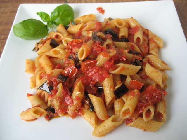 pasta con melanzane2 - Pasta con le melanzane la ricetta Semplice e sfiziosa la videoricetta