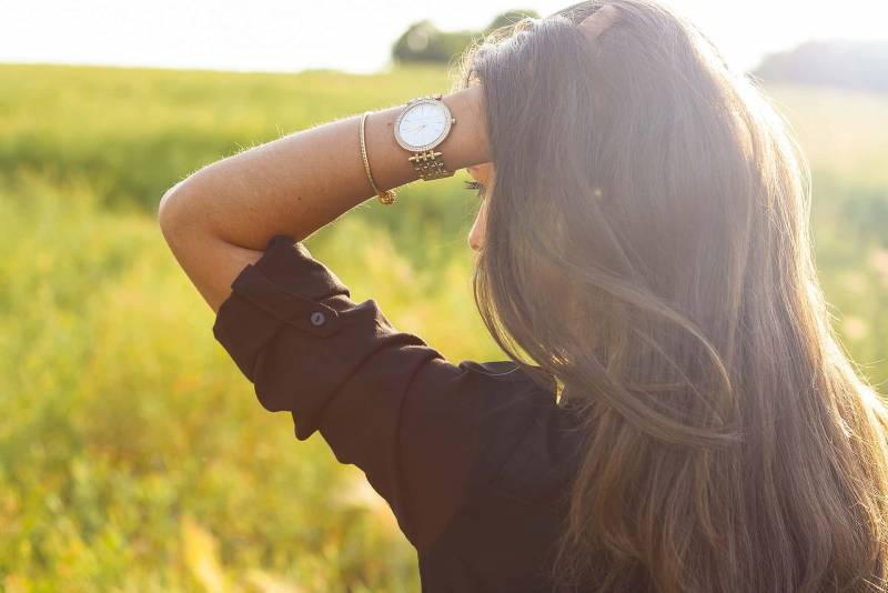 donna mano capelli 800x534 - Verruche seborroiche in testa: cause, sintomi, come curarla