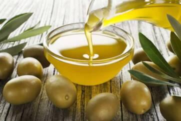 olio di oliva 362x242 - Rughe sul viso, come facciamo per eliminarle?