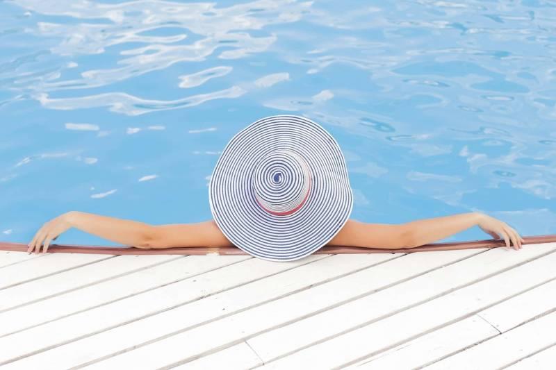 donna in piscina 800x533 - Ricondizionare una piscina approfittando delle detrazioni fiscali