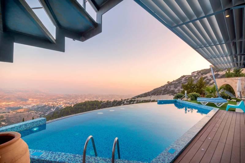 piscina collina panorama 800x533 - Piscine interrate: acciaio vs vetroresina cosa le differenzia?