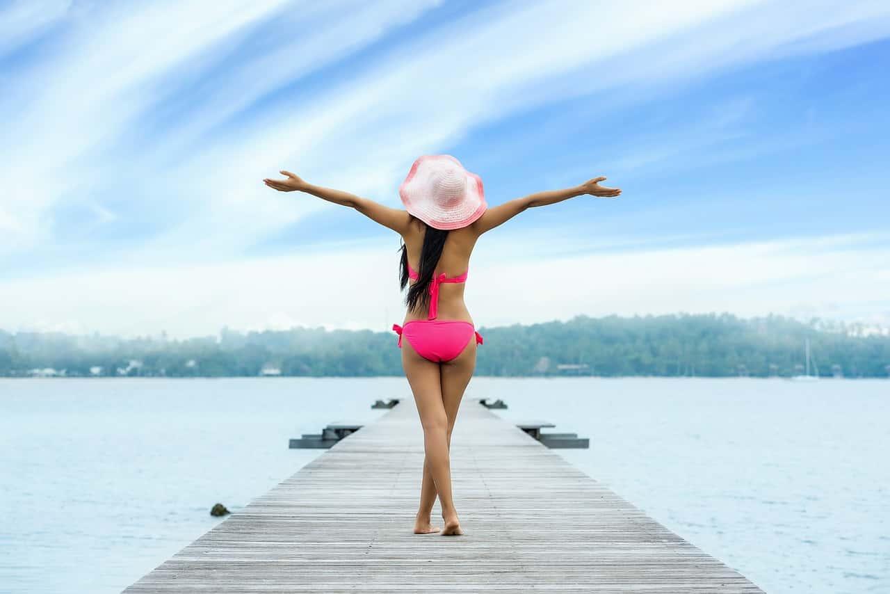 ragazza al mare - Talassoterapia: la cura arriva dal mare, un rimedio per il corpo e per la mente