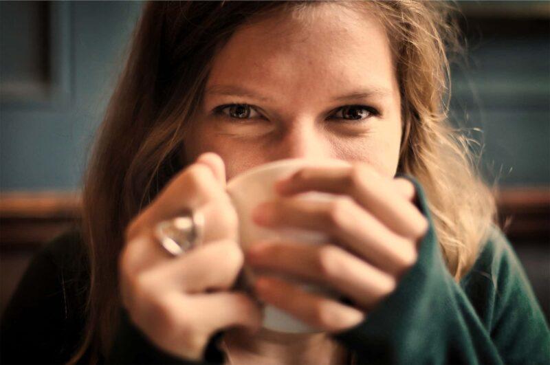 ragazza beve caffe 800x531 - Bevi tanto Caffè? Tutta questione di DNA