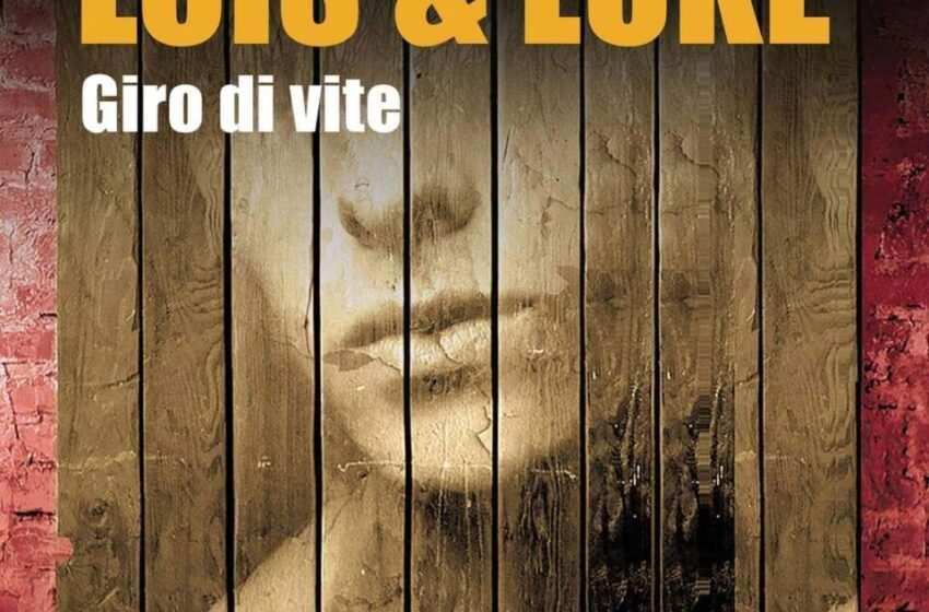 Lois & Luke. Giro di vite, di Annemarie De Carlo : un gay romance delicato dalle tinte nere e fucsia