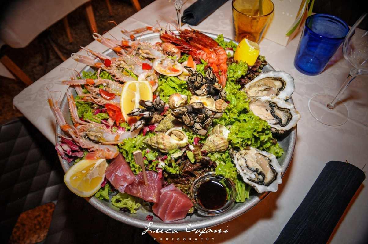 Piatto di cruditè di mare con gamberi percebes ostriche e tonno