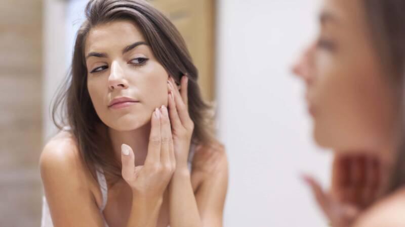 brufoli pelle ragazza ittiolo 800x450 - Rimedio contro i brufoli e le impurità della pelle, l'ittiolo