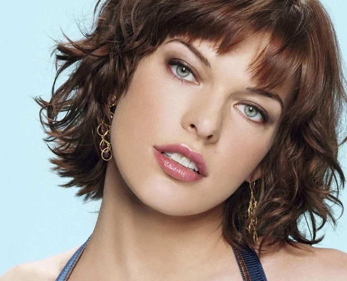 Milla Jovovich capelli mossi corti scaled e1576520004603 - Capelli mossi corti: ispirazioni e prodotti