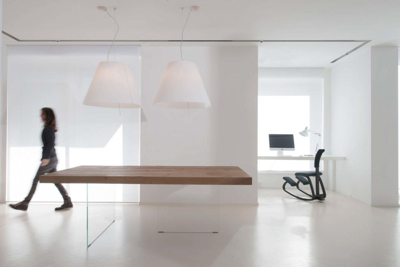 arredamento minimalista scaled - Minimalismo: vivere felicemente con poco