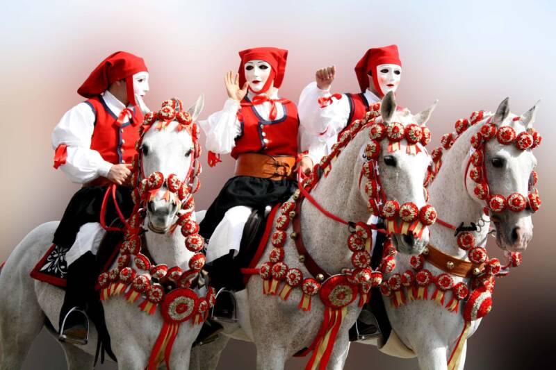 Issohadores carnevale sardegna  800x533 - Carnevale in Sardegna: alla scoperta delle maschere e delle tradizioni (Video)